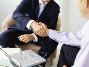 Unser Finanz-Vermittler informiert Sie sich über die Einzelheiten eines optimalen Finanzierungskonzepts, Zinsbindungsfrist und Sondertilgungen. © George Doyle – Thinkstock