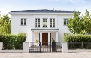 Moderne und exklusive Luxus Villen verkaufen. Makler spezialisiert auf die Vermittlung hochwertiger Villen und Einfamilienhäuser in Berlin. © Tiberius Gracchus – Fotolia